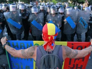Поредна безсънна нощ в Букурещ! Над 10 000 се включиха в протестите