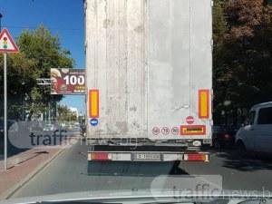 Хасковски камион ядоса пловдивчани на оживен булевард и в час пик СНИМКИ