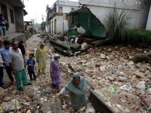 Над 30 000 души са евакуирани в Индия, хиляди къщи са напълно разрушени