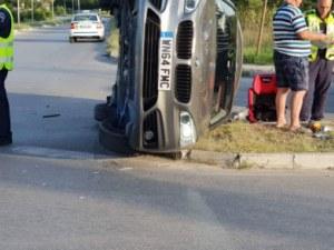 Три коли се размазаха на кръстовище в Карлово, БМВ е на две гуми СНИМКИ и ВИДЕО