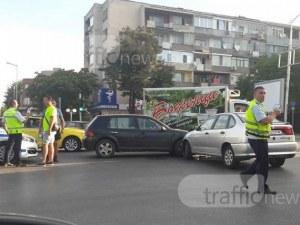 Катастрофа в Кършияка! Две коли се удариха, движението се затапи СНИМКИ