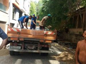 Кабелджии блокираха улица в центъра на Пловдив, казват на шофьорите да си чакат  СНИМКИ