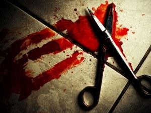 Пиян мъж опря ножица в шията на медицинска сестра, заключи и вратите на спешното
