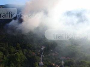 Огнеборци продължават да дежурят на мястото на пожара в Карлово