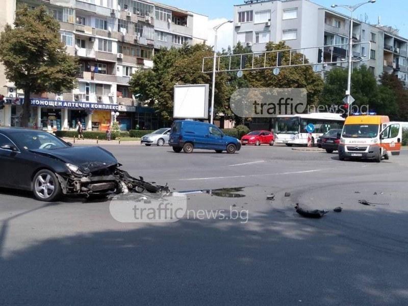 Меле в Пловдив! Мерцедес се размаза в преминаваща линейка СНИМКИ
