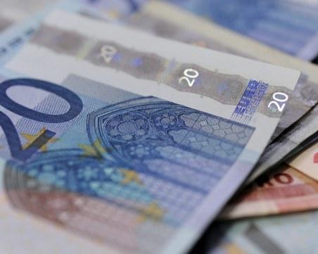 Важно за всички българи! Таксите за преводи в евро може да се намалят драстично