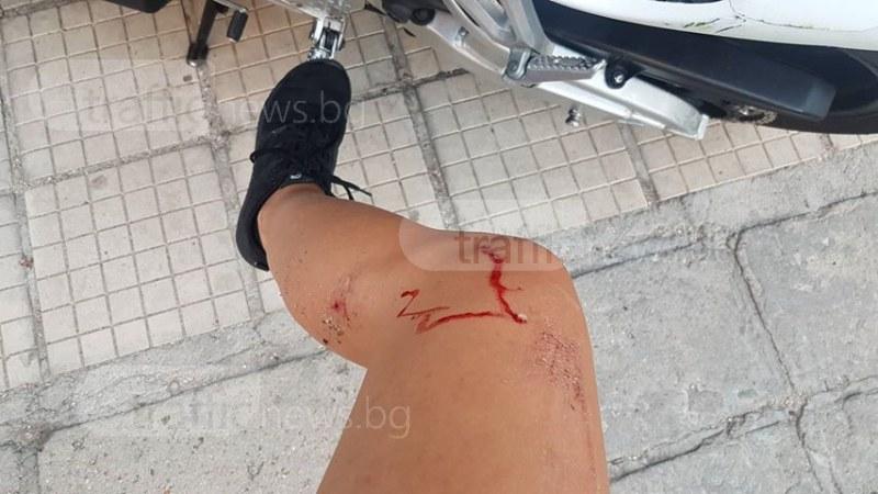 Мерцедес блъсна жена на мотор в центъра на Пловдив, виновникът избяга СНИМКИ