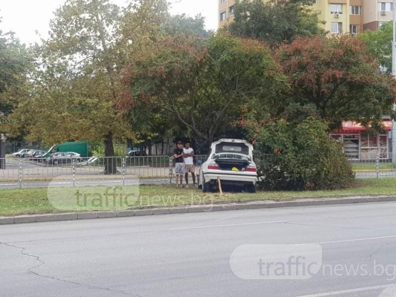 Пловдивско БМВ излезе от бензиностанция с въртене на гуми и се метна върху дърво СНИМКИ