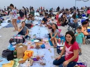 Стотици хора вечеряха на плаж във Варна СНИМКИ