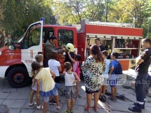 Пожарна пред училище в Пловдив! Деца и огнеборци гасят пламъци СНИМКИ