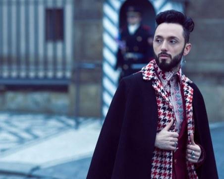 Разследват известен турски певец заради клип с долари