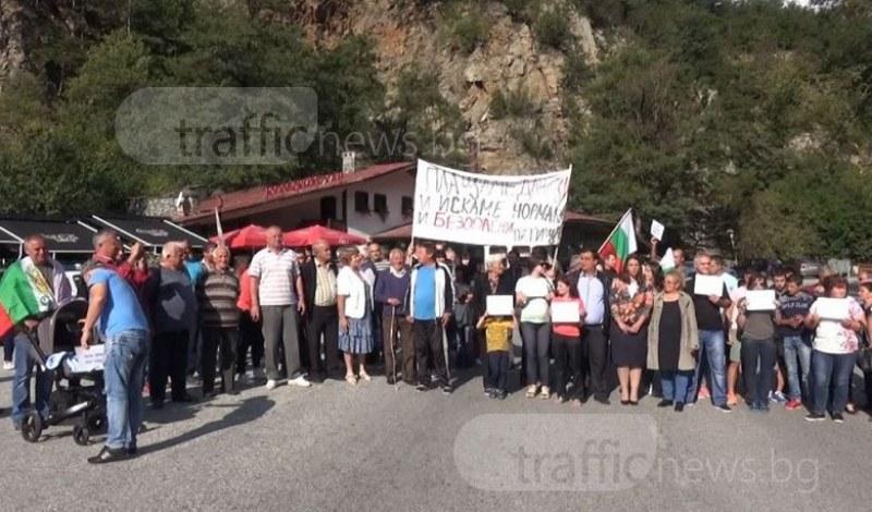 100 души застанаха на пътя Пловдив - Смолян, искат ремонт на разнебитен родопски участък ВИДЕО