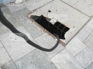 Огромна яма зее на спирката на Централна гара повече от година СНИМКИ