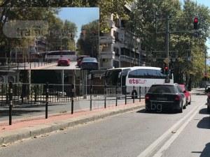 Автобус блокира невралгично кръстовище в Пловдив, едва прави обратен завой ВИДЕО