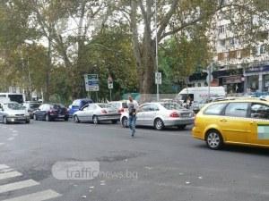 Пловдивчани пресичат през просото с риск да бъдат ударени от коли СНИМКИ