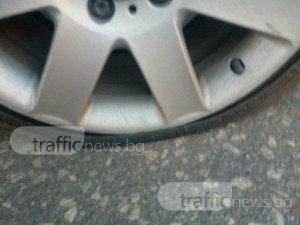 """Пловдивчанин завари колата си """"клекнала"""", всичките гуми - разпрани"""