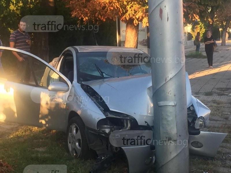 Кола се заби в стълб в Пловдив на метри от спирка СНИМКИ и ВИДЕО
