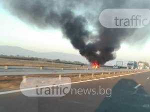 Кола избухна в пламъци на АМ Тракия, движението към Пловдив е затруднено СНИМКА
