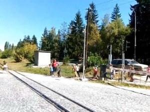 Лудост! Учителка прекарва деца през жп прелез на спуснати бариери край Велинград ВИДЕО