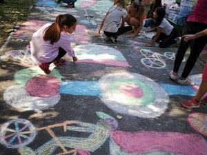 Малки художници оцветиха асфалта в Кършияка СНИМКИ