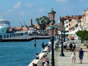 Край на седенето и лежането на земята във Венеция! Налагат забрана