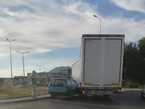 Нова катастрофа на пътя Пловдив – Асеновград, кола се заби в камион СНИМКИ