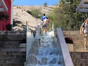 Ромчета превърнаха водната каскада на Главната в аквапарк СНИМКИ