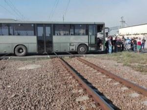 """Служители на """"Винпром Карнобат"""" блокираха жп линията между Бургас и Пловдив"""