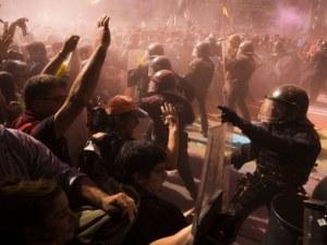 Напрежение и в Каталуния! Полицаи разпръснаха с газ и палки протестиращи