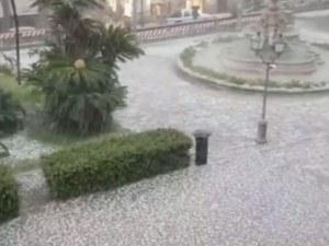 Сняг натрупа в Италия! Бурята предизвика задръствания ВИДЕО