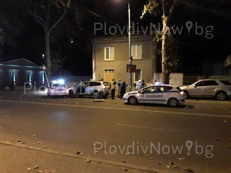 БМВ връхлетя патрулка в центъра на Пловдив, шофьорът е с белезници СНИМКИ