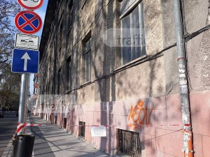 Късове падат от фасадата на бившата Стоматология, оградиха сградата с предпазна лента СНИМКИ