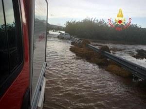 Потоп в Италия! Майка и момченце загинаха, издирват второто дете