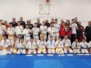 Каратеките на Тракия със 17 медала от турнир при подрастващите СНИМКИ
