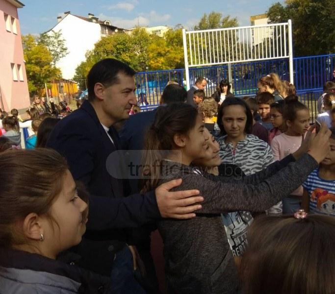 Деца нападнаха Иван Тотев за селфита и автографи СНИМКИ