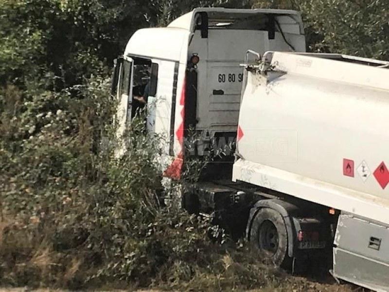 Камион с цистерна падна в дере край местността Копяновец СНИМКИ