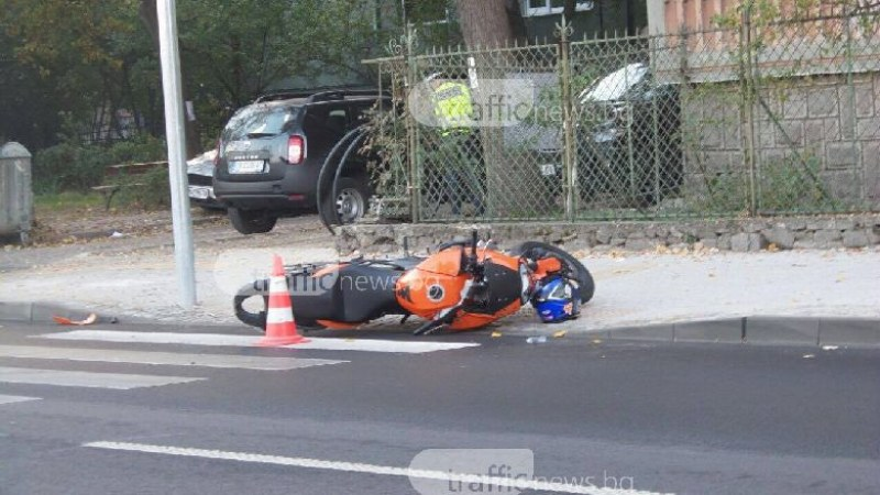 Блъснаха моторист до Водна палата! На място има линейка СНИМКИ