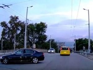 Пълен абсурд: Обратен завой на Бетонния мост в Пловдив ВИДЕО