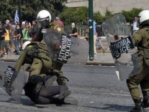 Четирима полицаи пострадаха при размирици в Атина