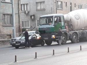 Катастрофа с бетоновоз затапи най-натоварения булевард в Пловдив СНИМКИ