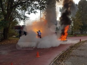 50 пожарникари се бореха с двуметрови пламъци на стадиона до Гребната СНИМКИ и ВИДЕО