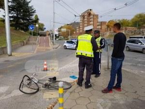 Блъснат колоездач на Коматевския възел! Лежи на земята ОБНОВЕНА СНИМКИ