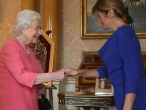 Десислава Радева подари на Елизабет брошка с мотиви от шевица, президентът – икона СНИМКИ