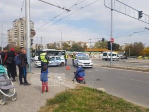 Майка и дете са блъснати от автобус в Пловдив! Жената лежи на земята СНИМКИ+ВИДЕО