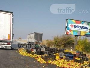"""Хайде на ябълките! Тир ги """"раздава"""" на магистрала Тракия СНИМКИ"""