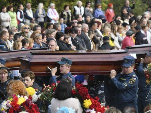 Хиляди се простиха с жертвите на масовото убийство в Керч