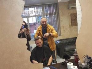Смяна на местата! Строителен предприемач влезе в ролята на Сибирския бръснар