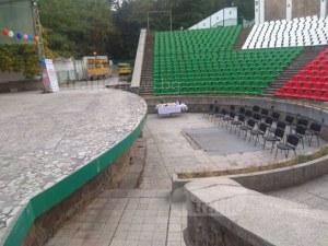 Скандалният концерт в Пловдив не започна в обявения час, отказаха достъп на журналисти СНИМКИ