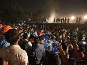 Ужас в Индия: Минимум 50 души са загинали премазани от влак ВИДЕО и СНИМКИ