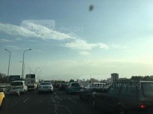 Жив автомобилен мост в Пловдив! Шофьорите блокирани над река Марица СНИМКИ